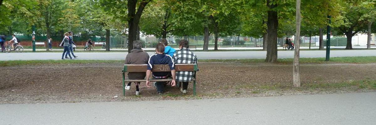 Vier Personen auf einer Parkbank