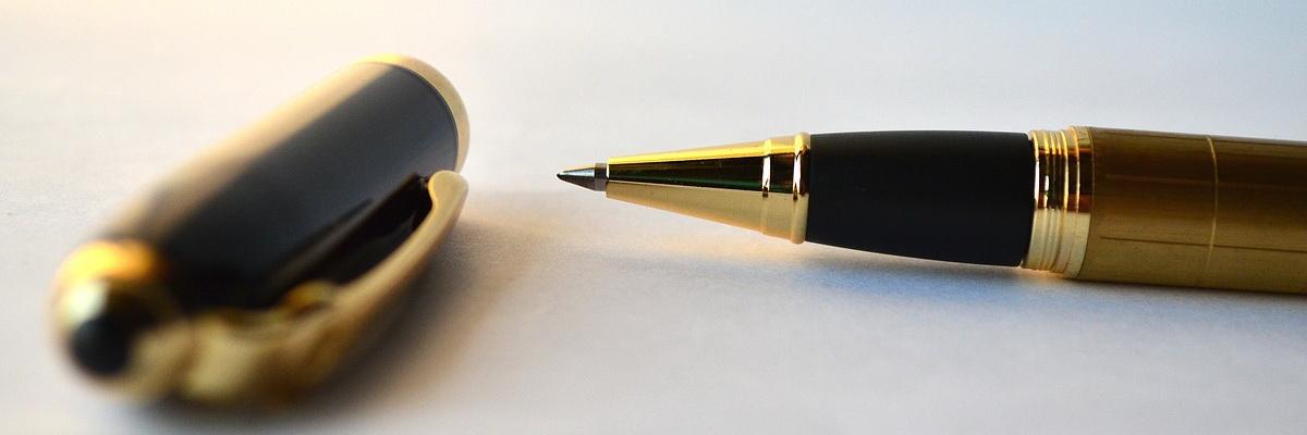 Kugelschreiber offen auf einem Tisch