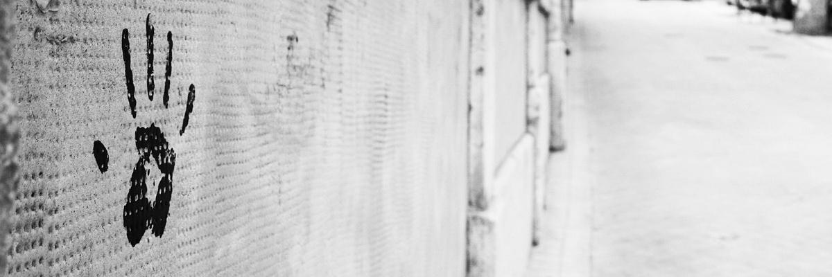 Handabdruck auf einer Mauer