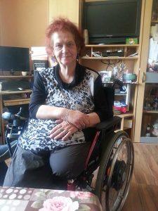 Brigitte Fessler im Rollstuhl